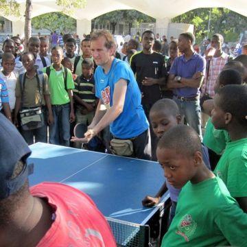 En la foto Moncho en una de las visitas a una escuela.