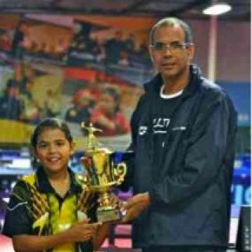 En la foto Adriana recibiendo el trofeo de Campeona de parte del Director Técnico de la Unión Latinoamericana de Tenis de Mesa, el Profesor Carlos Esnard.