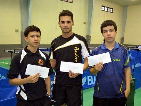"""De derecha a izquierda el Campeón Nacional Juvenil 2012 Manuel Gómez, el subcampeón Brandon Echevarría y el tercer lugar Ricardo """"Ricky"""" Jiménez"""