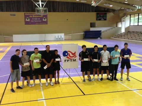 El Entrenador Gabriel López del Club de Tenis de Mesa anfitrión Los Vaqueros de Bayamón a la extrema izquierda posa junto al ganador de la categoría Clase C Ricardo Santana y el resto de los ganadores de premios en metálico.