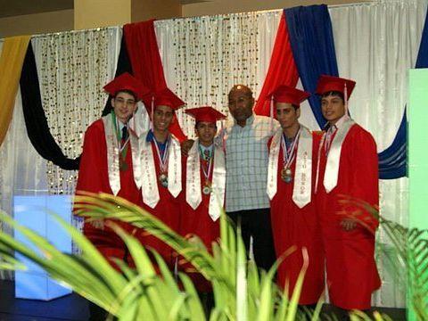 De izquierda a derecha Luis Echevarría, Luis Enrique Serrano, Ricardo Jiménez, el profesor Víctor Pimentel, Luis Eduardo Serrano y Davey Cintrón.