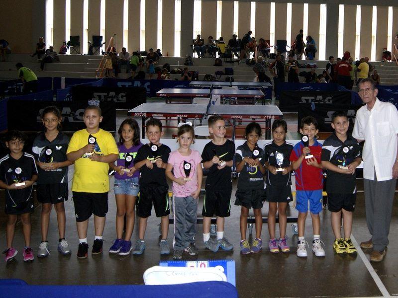 Ganadores categoría 7 años ó menos junto al homenajeado Dennis Vega Ruíz (Entrenador Fundador Club Los Tainos de Jayuya). (Foto: Ivette Rojas)