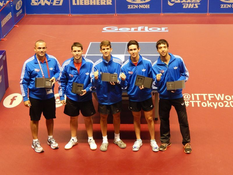 El entrenador Eladio Afanador acompañando a los atletas; Héctor Berrios, Richard Pietri, Brian Afanador y Daniel González.